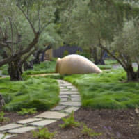 Гигантская амфора в дизайне сада