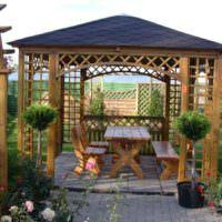 Деревянная беседка в ландшафтном дизайне сада