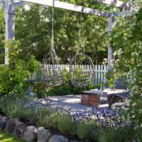 Подвесные кресла на садовой перголе