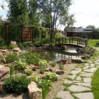Дорожка из натурального камня на садовом участке