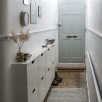 Оформление узкого коридора перед входной дверью
