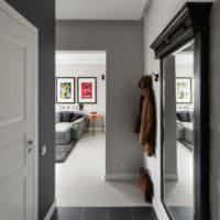 Черный кафель в прихожей с серыми стенами
