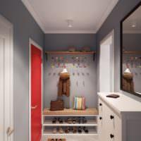Красная входная дверь в сером коридоре