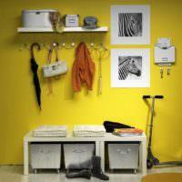 Белый гарнитур на фоне желтой стены