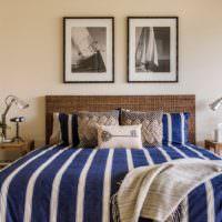 Полосатый текстиль на кровати в морском стиле