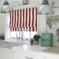 Полосатые шторы на кухне частного дома