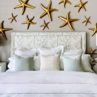 Морские звезды над изголовьем кровати