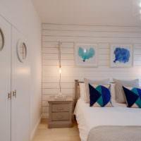 Рыбки на подушках в светлой спальне