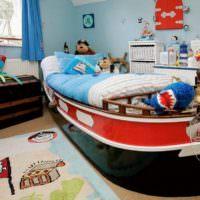 Кровать в форме яхты в спальне мальчика