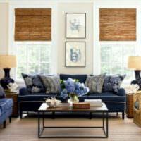 Синий диван в гостиной загородного дома