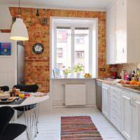 Кирпичный акцент в интерьере белой кухни