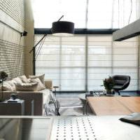 Гостиная с панорамными окнами в загородном доме