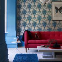 Красивые принты на цветочных обоях над диваном