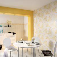 Желтая арка в комнате с цветами на обоях