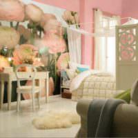 Большие розы на фотообоях в гостиной