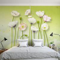 Красивые обои с цветами над кроватью супругов