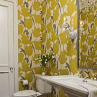 Желтые обои с цветами в ванной комнате