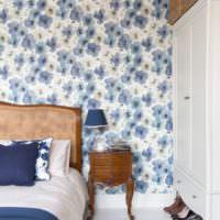 Голубые цветы на стене спальной комнаты