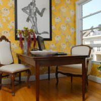 Желтые обои в дизайне загородной кухни