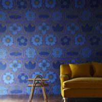 Оттенки синего цвета на обоях в гостиной