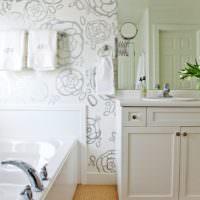 Серо-белые обои в интерьере ванной комнаты