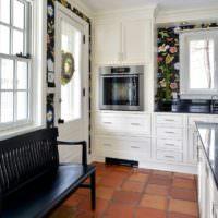 Белый кухонный гарнитур в гостиной загородного дома