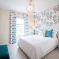 Белая кровать в интерьере спальни частного дома