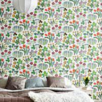 Пестрая стена за диваном в гостиной
