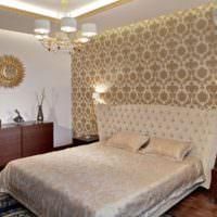 Зеркало в золотом обрамлении на белой стене