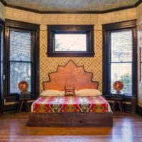 Спальня в восточном стиле с деревянным полом