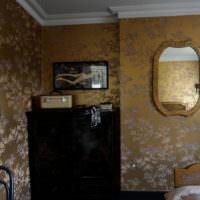 Темный комод в спальне частного дома