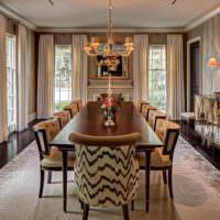 Длинный обеденный стол в классической гостиной