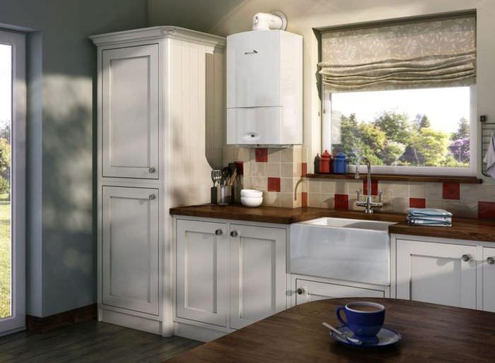 Интерьер кухни с газовым котлом на стене рядом с окном