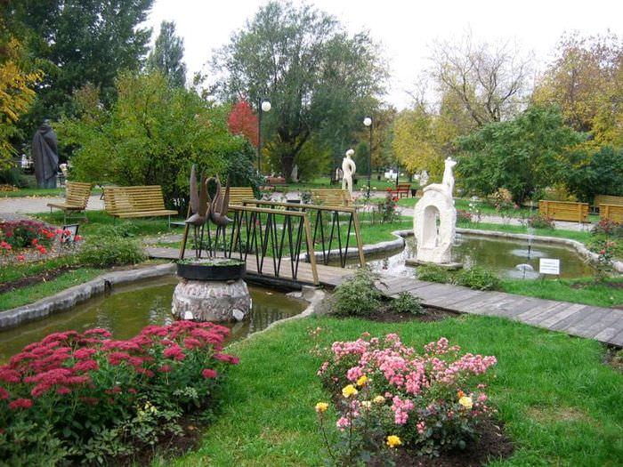 Уголок для комфортного отдыха с искусственным водоемом в городском парке
