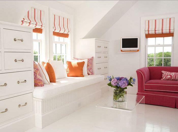 Светлая гостиная с диванчиком у окна в стиле контемпорари