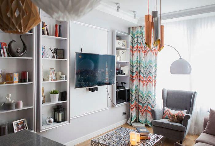 Интерьер небольшой гостиной в светлых оттенках