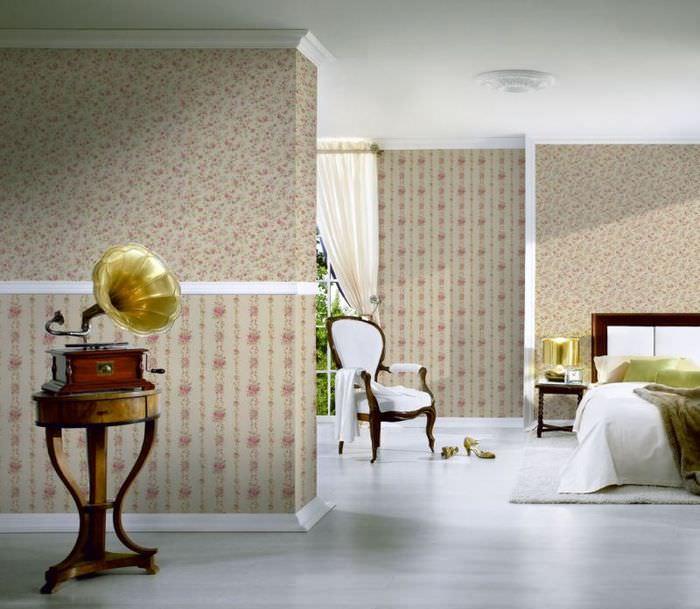 Граммофон в интерьере комнаты классического стиля