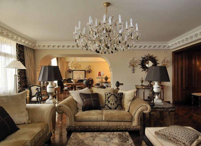 Хрустальная люстра в интерьере классической гостиной