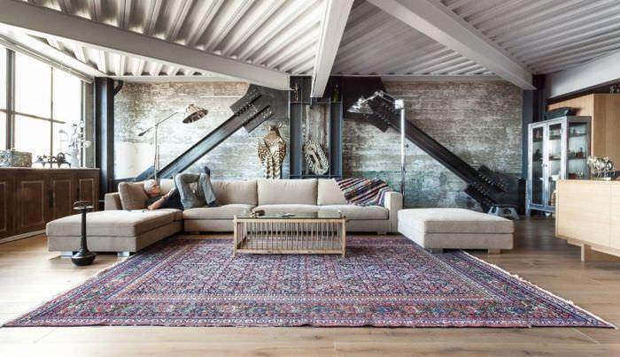 Индустриальный интерьер жилой комнаты в стиле лофт