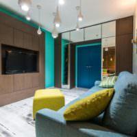 Яркий дизайн гостиной в городской квартире