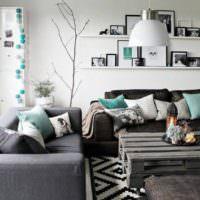 Серый цвет в интерьере гостиной с подушками мятного цвета