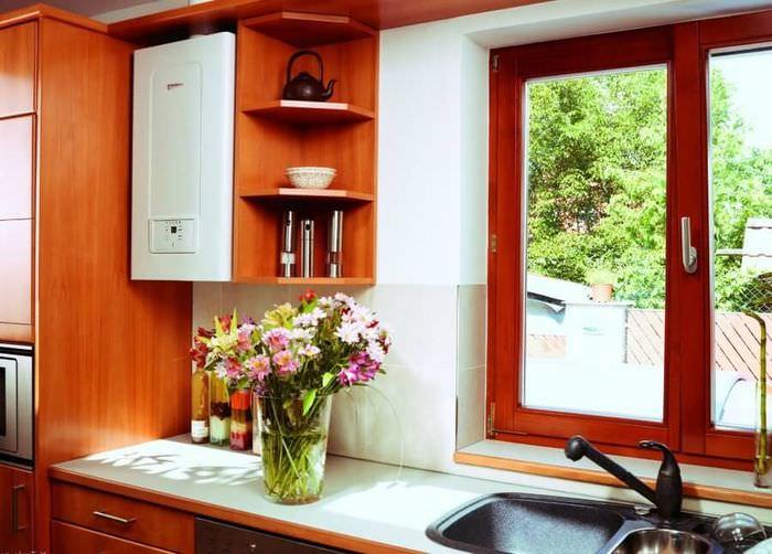 Интерьер кухни частного дома с газовым котлом возле окна