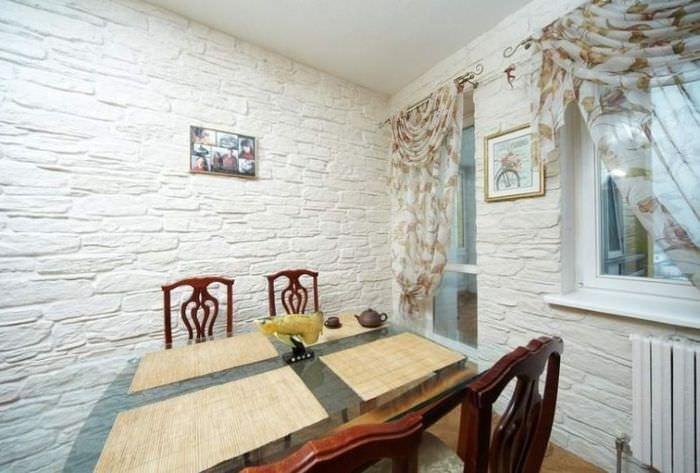 Отделка стен на кухне декоративным искусственным камнем