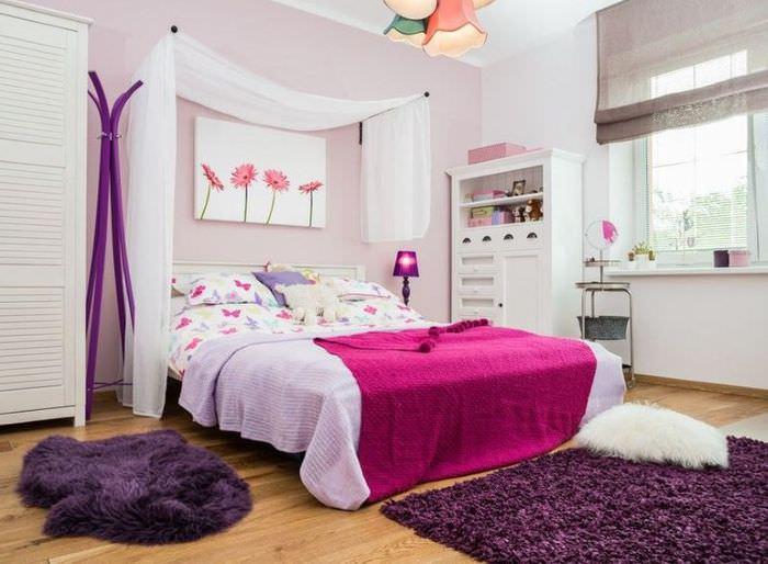 Белая кровать на деревянном полу в детской для девочки