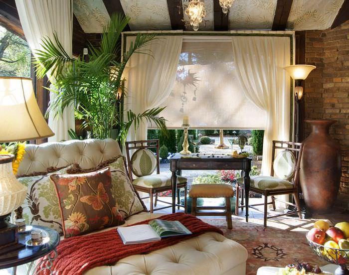 Интерьер гостиной в стиле колониализма с напольной вазой
