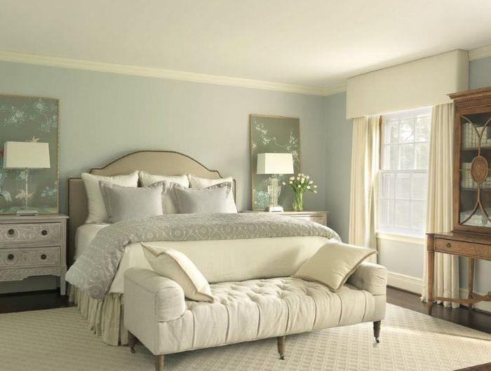 Интерьер классической спальни в светлых оттенках