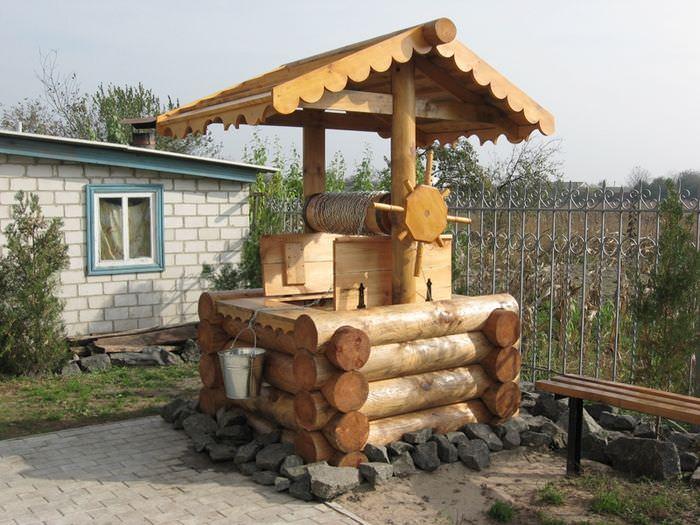 Срубовой колодец на садовом участке