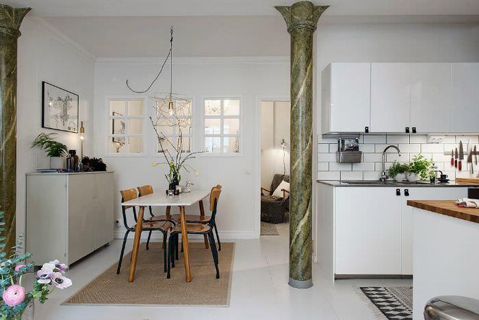 Интерьер кухни-гостиной в скандинавском стиле с мраморной колонной