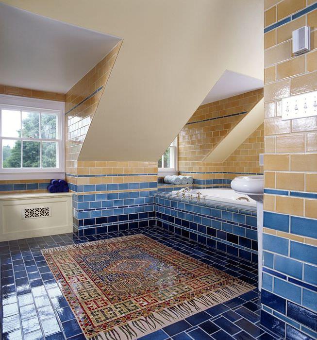 Интерьер ванной комнаты загородного дома с отделкой пола мозаикой