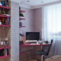 Открытые полки малинового цвета на стене детской комнаты